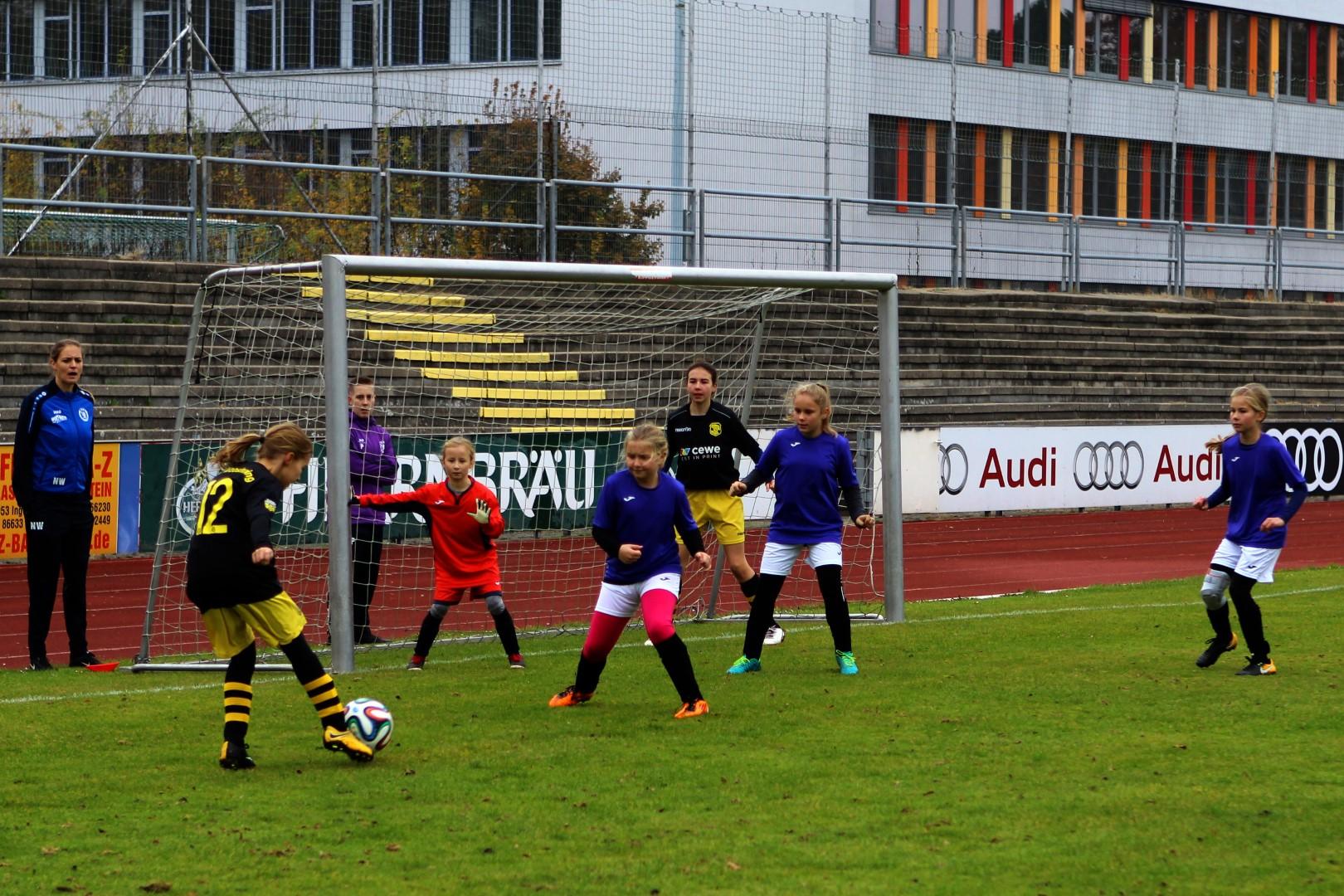 Angriff des FC Moosinning, erfolgreich von dem Mädchen des MTV Ingolstadt abgewehrt